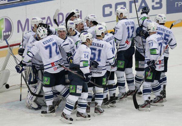 Игроки ХК Динамо радуются заброшенной шайбе