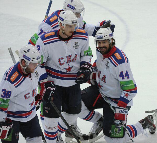 Игроки СКА Кевин Даллмэн, Юрий Александров, Евгений Артюхин (слева направо на первом плане)