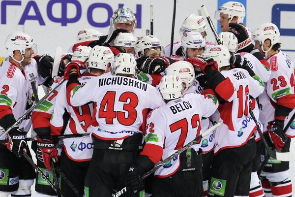 Хоккейсты Трактора радуются победе после окончания матча Ак Барс - Трактор