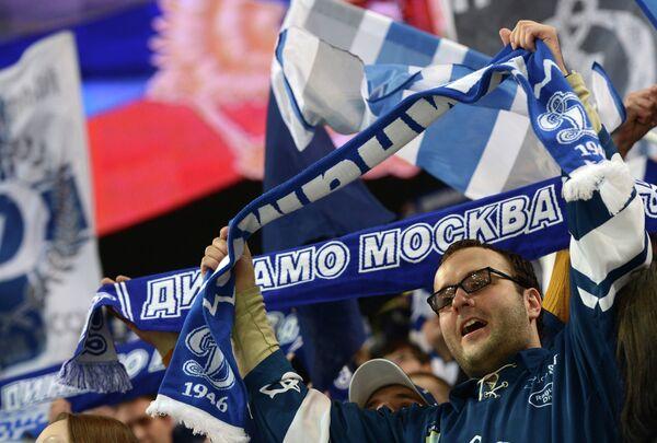 Болельщик Динамо поддерживает свою команду в матче Динамо - СКА