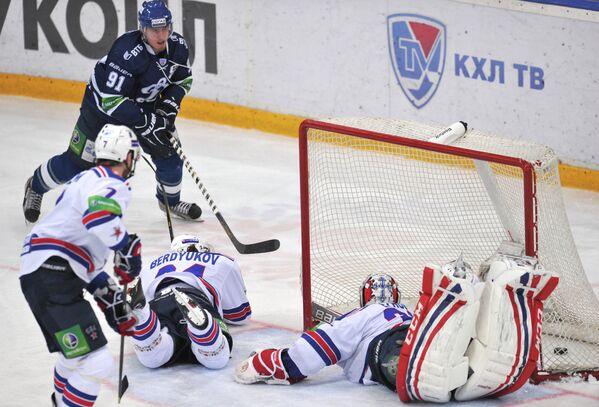 Нападающий Динамо Марек Квапил забрасывает шайбу в ворота СКА Динамо - СКА