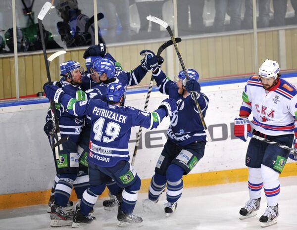 Хоккеисты Динамо радуются забитой шайбе в матче Динамо - СКА