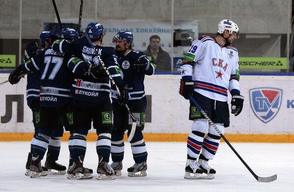Хоккеисты Динамо Илья Горохов, Доминик Граняк и Алексей Цветков радуются заброшенной шайбе в ворота СКА