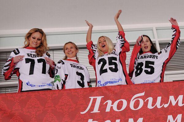 Екатерина Валентенко (3-я слева)
