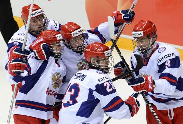 Хоккеисты российской сборной радуются забитому голу в ворота сборной США