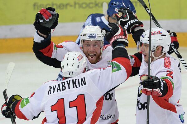 Игроки ХК Трактор Дмитрий Рябыкин, Андрей Костицын и Дерон Куинт (слева направо)