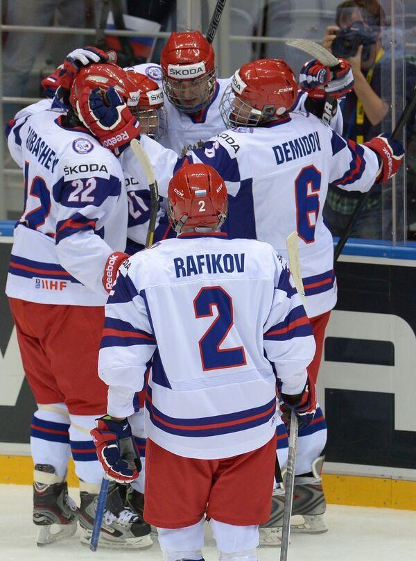 Хоккеисты юниорской сборной России радуются забитой шайбе в матче проитв Финляндии