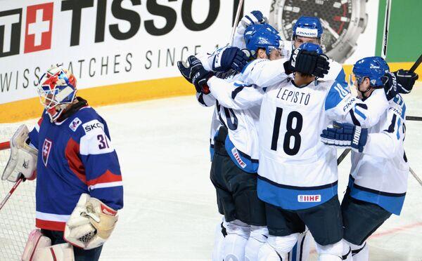 Хоккеисты сборной Финляндии радуются забитой шайбе в матче против Словакии
