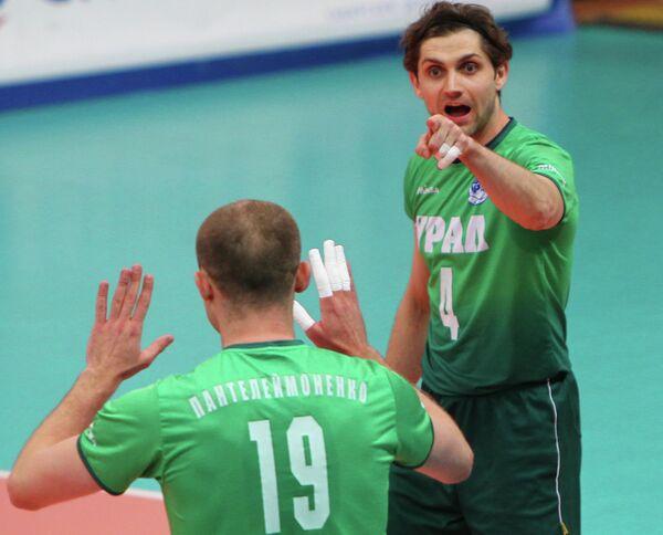 Игроки ВК Урал Максим Пантелеймоненко (слева), Павел Абрамов