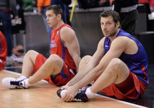 Баскетболисты ПБК ЦСКА Александр Гудумак и Теодорос Папалукас