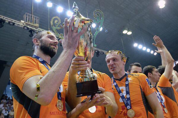 Сергей Тетюхин с Кубком и Сергей Макаров (справа на первом плане)