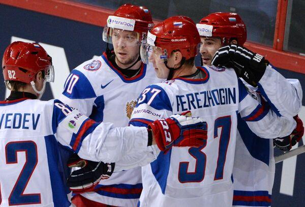 Хоккеисты сборной России радуются забитой шайбе в игре с Австрией
