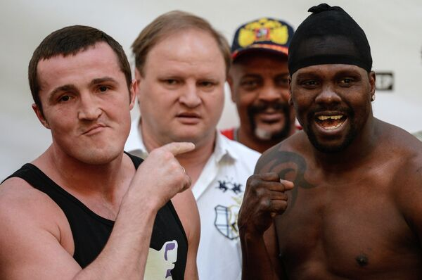 Российский боксер Денис Лебедев (слева) и панамский боксер Гильермо Джонс