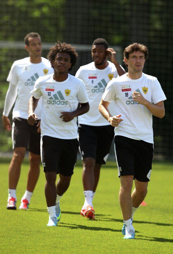 Футболисты Анжи Виллиан, Юрий Жирков (на первом плане) и Жусилей и Жоао Карлос (на заднем плане)