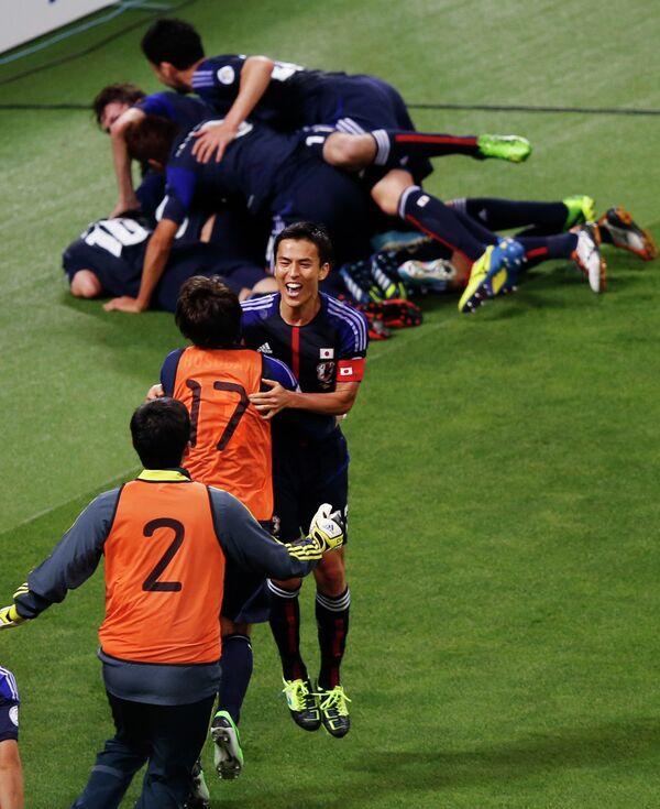 Футболисты сборной Японии радуются выходу в финальную часть чемпионата Мира-2014 после ничьей с Австралией