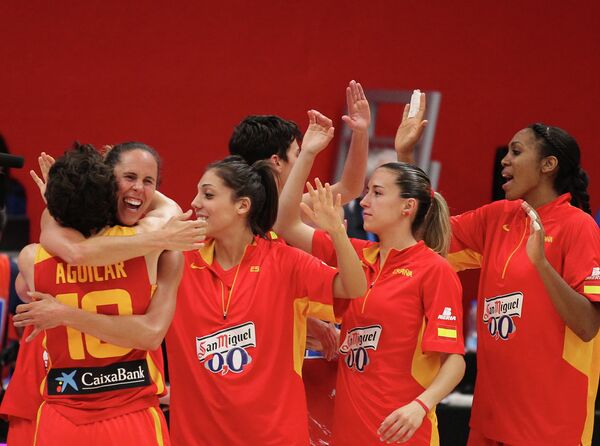 Баскетболистки сборной Испании поздравляют друг друга с победой