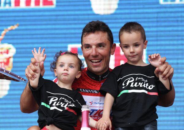 Испанец Хоаким Родригес с детьми Эльзой и Пабло