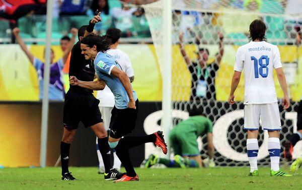 Игровой момент матча Уругвай - Италия