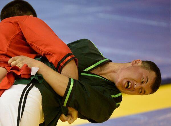 Российсксий спортсмен Ильнур Муртазин (слева) и Дуулатбек Сапарбек (Кыргызстан)