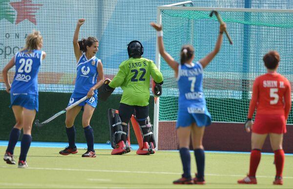 Игровой момент матча по хоккею на траве среди женщин Россия - Корея