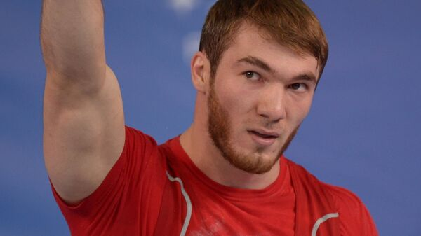 Апти Аухадов (Россия) во время соревнований по тяжелой атлетике среди мужчин