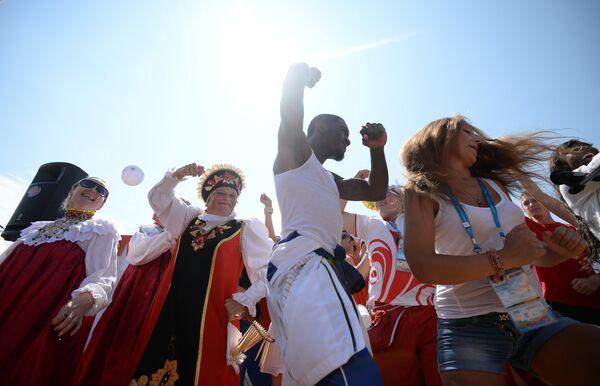 Гости Универсиады танцуют на национальном татарском празднике Сабантуй в Кукморе.