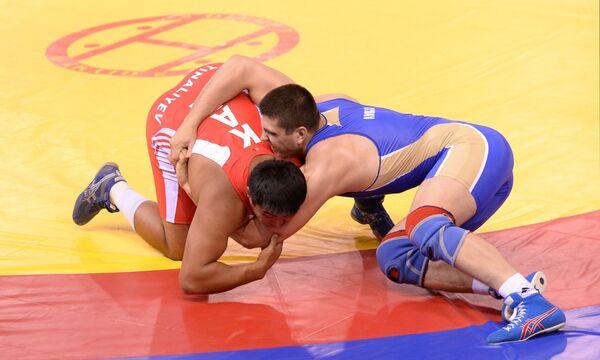 Российский спортсмен Сергей Андрусик (справа) и Нурмахан Тиналиев (Казахстан)