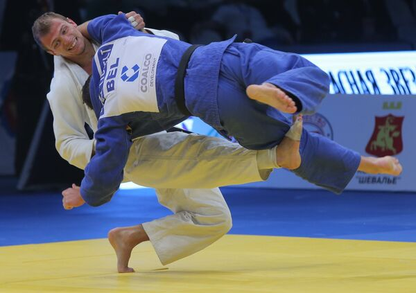 Российский спортсмен Денис Ярцев (слева) в поединке против бельгийца Дирка Ван Тичелта