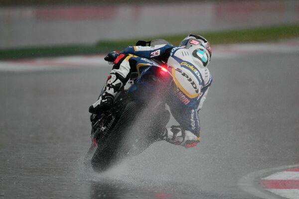 Итальянский гонщик Марко Меландри во время гонок Чемпионата мира по супербайку