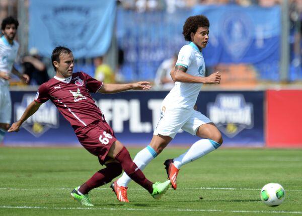 Игрок Рубина Бибрас Натхо (слева) и игрок Зенита Аксель Витсель