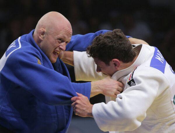 Украинский спортсмен Виталий Дудчук (в синей форме) и немецкий спортсмен Свен Мареш
