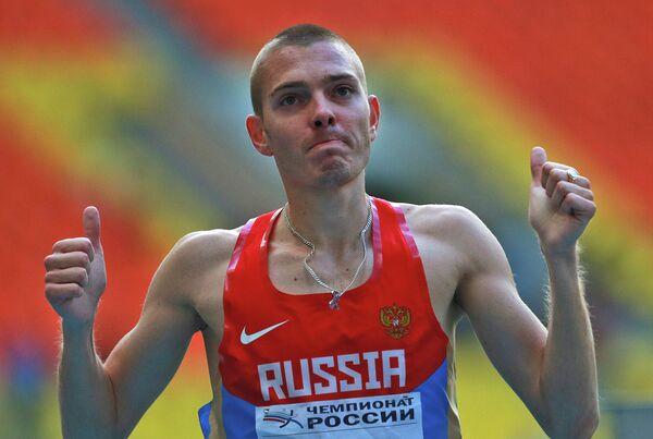 Спортсмен Валентин Смирнов в финальном забеге на 1500 м среди мужчин
