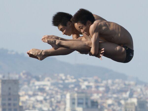 Прыгуны в воду с 10-ти метровой вышки Юань Цао и Янцзянь Чжан