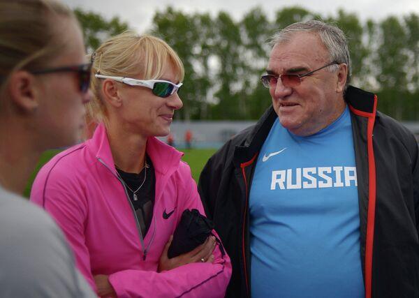 Юлия Гущина (в центре) и Валентин Маслаков