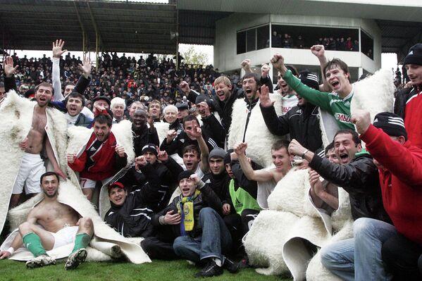 Футболисты команды Анжи (Дагестан) после матча с Металлургом (Липецк), обеспечившего им выход в премьер-лигу