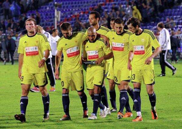 2011 год - капитан Анжи Роберто Карлос (в центре) с игроками команды после матча