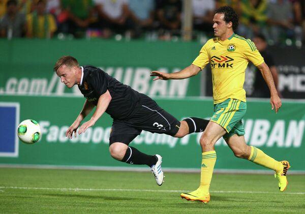 Защитник футбольного клуба Мотеруэлл Стивен Хаммелл (слева) и нападающий Кубани Маркос Уренья