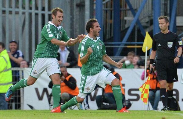 Футболисты сборной Северной Ирландии Нилл Макгинн и Мартин Патерсон радуются забитому голу