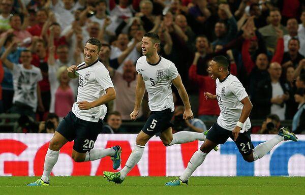 Футболисты сборной Англии Рики Ламберт, Гари Кэхилл и Алекс Окслайд-Чемберлен радуются забитому мячу в ворота сборной Шотландии