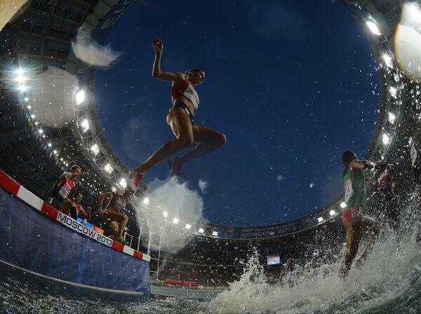 Спортсменки в финальном забеге на 3000 м с препятствиями (стипль-чез) среди женщин