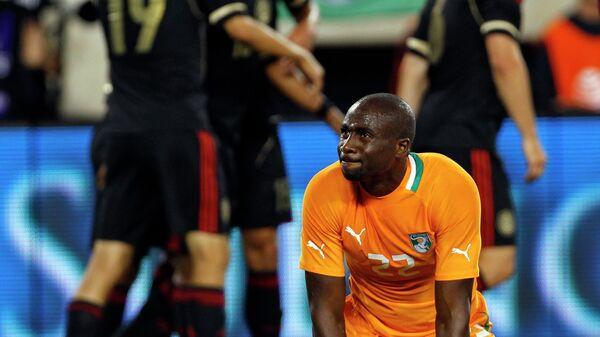 Футболист сборной Кот-д'Ивуара Сол Бамба (на переднем плане) и футболисты сборной Мексики