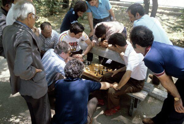 Советский гроссмейстер, чемпион СССР 1981 года, обладатель Шахматного Оскара по итогам сезона 1982 года Гарри Кимович Каспаров