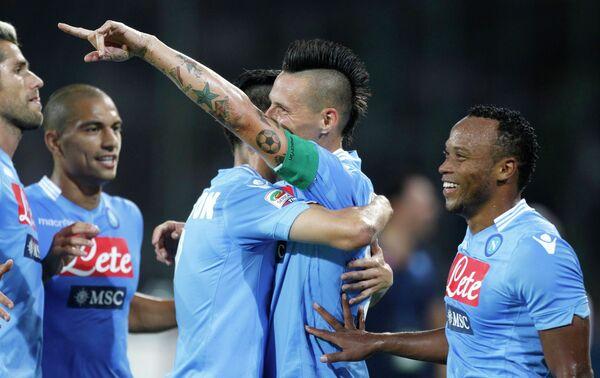 Футболисты Наполи радуются мячу, забитому Мареком Хамшиком (второй справа) в матче против Болоньи