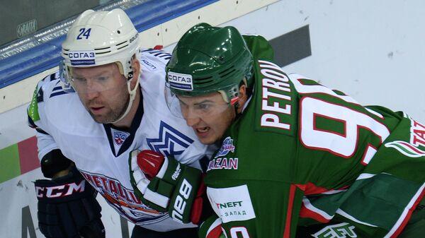 Защитник Металлурга Владимир Маленьких (слева) и нападающий Ак Барса Кирилл Петров