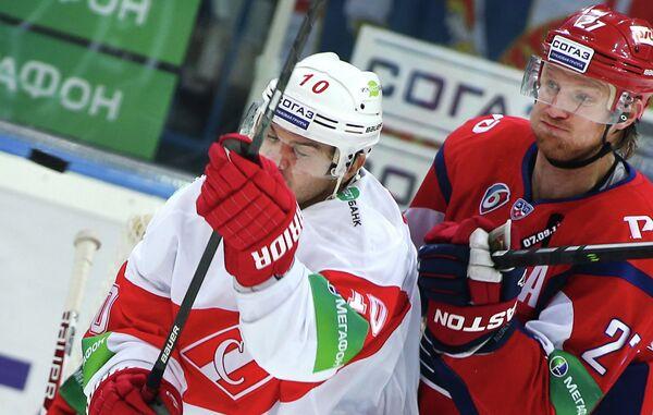 Нападающий ХК Спартак Дмитрий Черных (слева) и защитник ХК Локомотив Стаффан Кронвалль