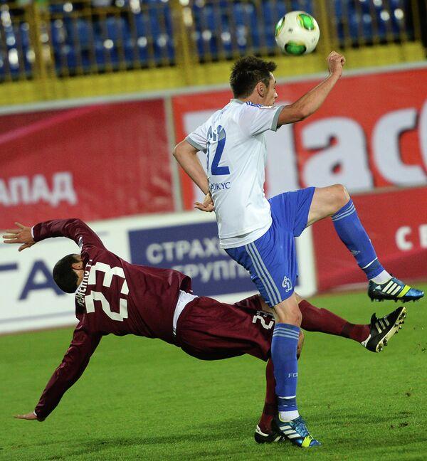 Полузащитгик Рубина Роман Еременко (слева) и защитник Динамо Марко Ломич