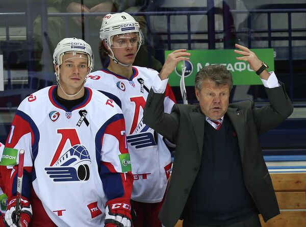 Главный тренер Локомотива Петр Воробев (справа) и игроки команды и Александр Авцин и Кирилл Капустин (слева направо)