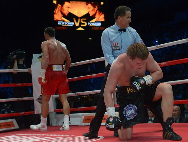 Владимир Кличко (на дальнем плане) и Александр Поветкин (на первом плане)