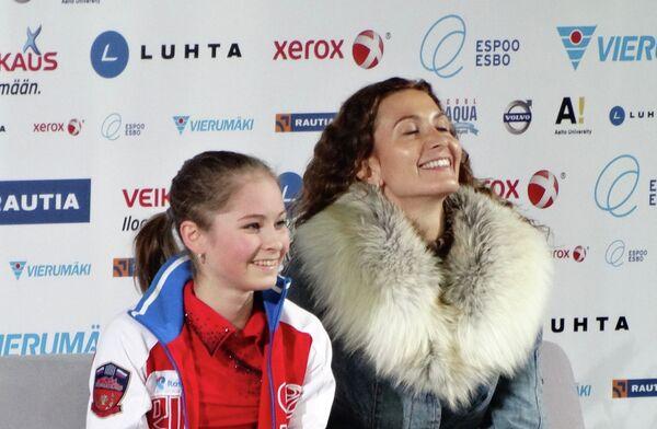 Юлия Липницкая (слева)