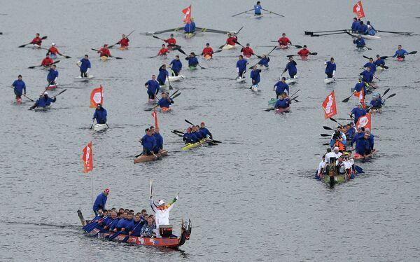 Участники эстафеты олимпийского огня на лодках в акватории Волги в Твери